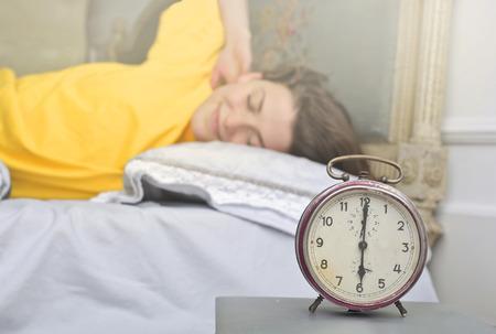 朝起きるリラックスした女の子 写真素材