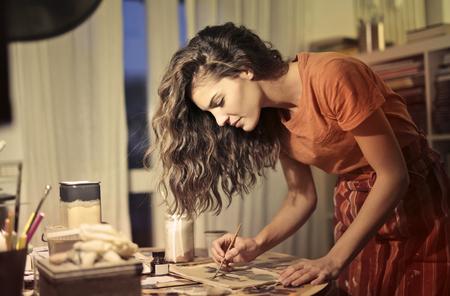 自宅で仕事で創造的な女の子