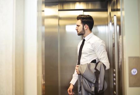 Homem negócios, perto, elevador Foto de archivo - 94528036