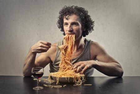 Portrait of a man eating spaghetti Foto de archivo