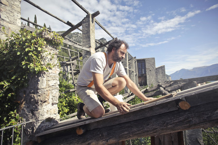 Artisan at work on a roof Zdjęcie Seryjne