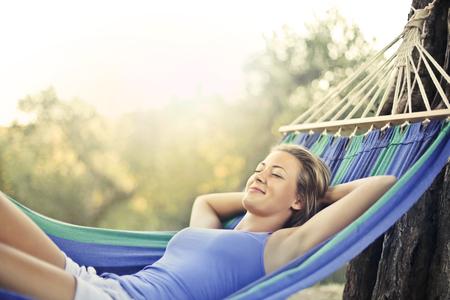 Meisje ontspannen op een hangmat