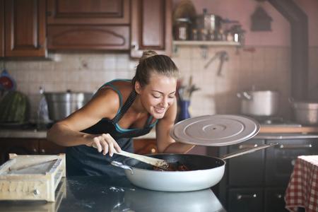 Meisje die wat voedsel in een rustieke keuken voorbereiden Stockfoto