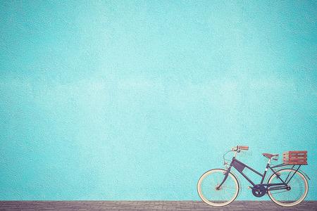 bicicleta retro: bicicleta retro vendimia viejo muro y azul de fondo de dise�o Foto de archivo