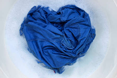 Washing Jeans shirt, soaked Banque d'images