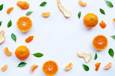 Frame of fresh orange citrus fruit with green leaves on white background. 版權商用圖片
