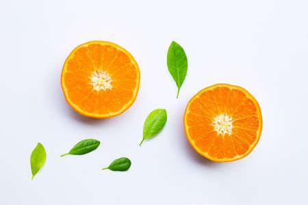 Frische orange Zitrusfrüchte auf weißem Hintergrund.