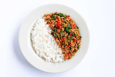 Reis mit gebratenem heißem und würzigem Schweinefleisch mit Basilikum auf weißem Hintergrund. Standard-Bild