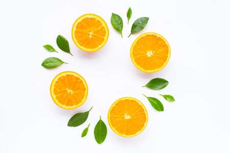 Agrumi arancioni freschi con foglie isolati su sfondo bianco. Succosa e dolce