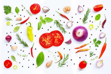 Varias verduras y hierbas frescas sobre fondo blanco. Copia espacio Foto de archivo