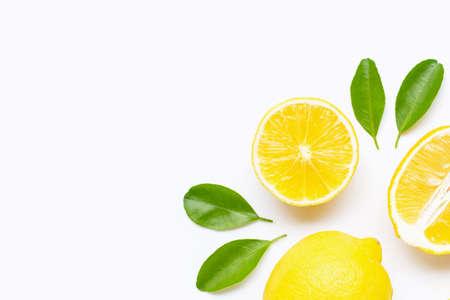 Verse citroen met plakjes geïsoleerd op een witte achtergrond. Ruimte kopiëren Stockfoto