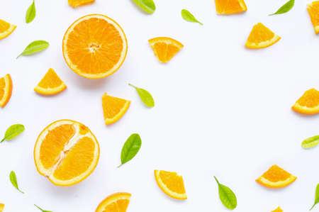 Alta vitamina C, succosa e dolce. Frutta arancione fresca con foglie verdi su sfondo bianco