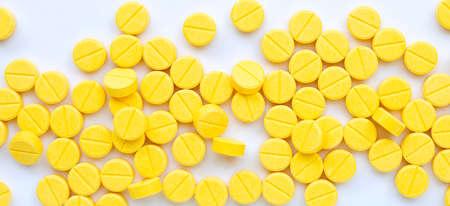 Comprimés jaunes de paracétamol sur fond blanc. Vue de dessus Banque d'images