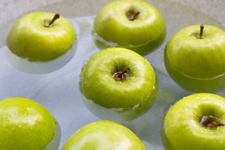 Soak fresh green apples in water. Washing fruit concept Imagens