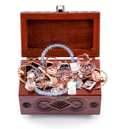 cofre del tesoro: Inaugurado secoya tallada a mano ataúd con joyas aisladas en blanco