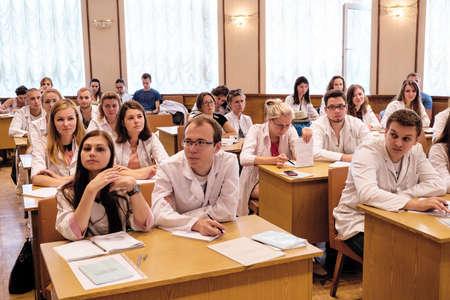 estudiantes medicina: Kiev, Ucrania - 6 de julio de 2015: dentistas, médicos, estudiantes de la conferencia