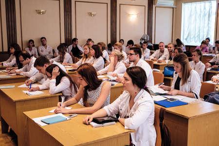 Kiev, Ucrania - 6 de julio de 2015: dentistas, médicos, estudiantes de la conferencia