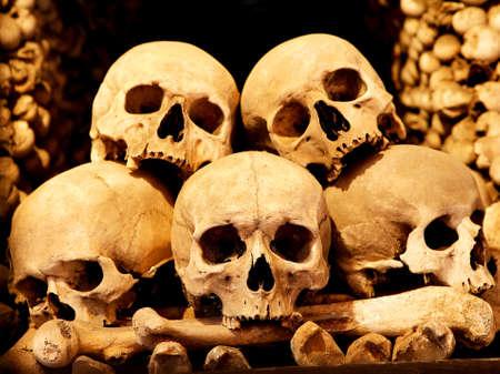 huesos: Juegos reales y ordenados en un mont�n de huesos