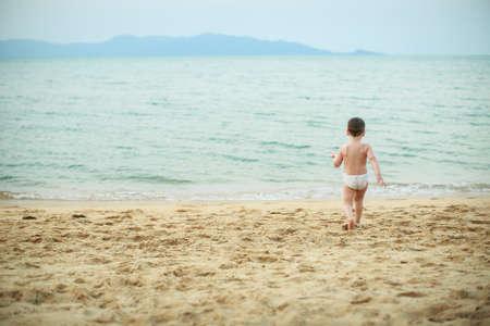 niños rubios: Niño de 4 años de edad jugando en la playa