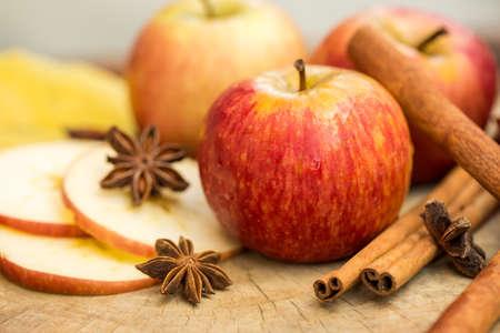 comida: Manzanas con el an�s estrellado. La composici�n del oto�o con las hojas y las manzanas.