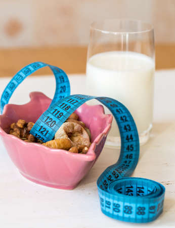 frutas deshidratadas: Frutas secas, yogur y cent�metro para la dieta
