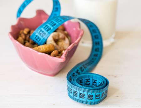 frutos secos: Frutas secas, yogur y centímetro para la dieta