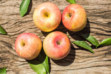 manzanas: Manzanas en una tabla de madera
