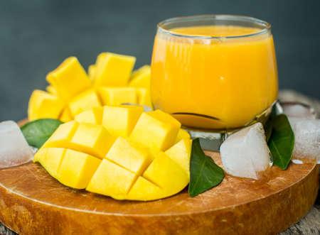 mango: Mango wstrząsać. Świeże owoce tropikalne koktajle