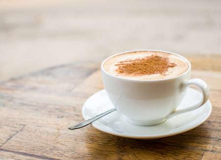 capuchino: Amante de café. Taza de cappuccino fresco con la muestra del corazón Foto de archivo