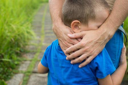 la main du père conduit son fils enfant dans la forêt de l'été nature extérieure, concept de famille de confiance