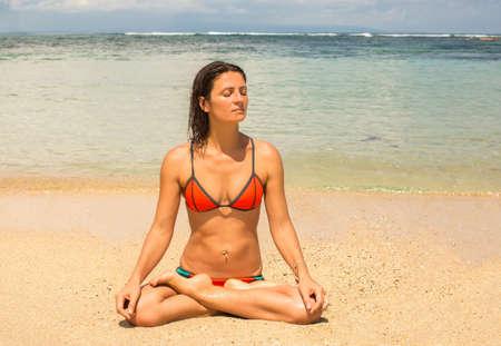 mujer meditando: Joven y bella mujer meditando por el oc�ano Foto de archivo