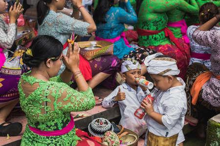 ? ?  ? �silence: Ubud, Bali - 8 de marzo: Personas no identificadas durante el ritual de Melasti realizado antes de D�a de Bali del Silencio el 8 de marzo de 2016 en Ubud, Bali, Indonesia. Es un d�a de silencio, el ayuno y la meditaci�n.