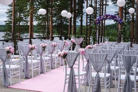 結婚式: 結婚式のアーチ、布花と緑、装飾は、松林の中のします。