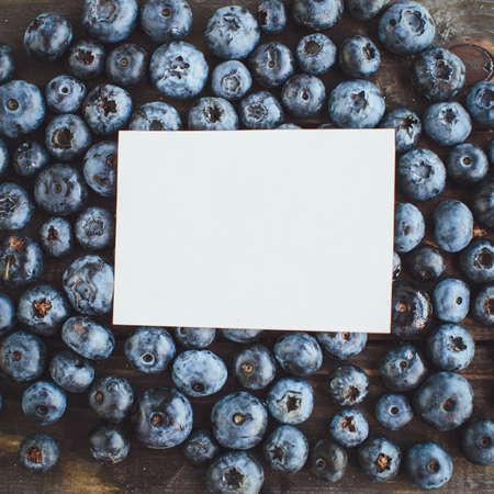 hoja en blanco: Blank sheet on blueberries background