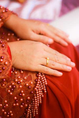 anillo de compromiso: Anillo de compromiso en el dedo de la novia Foto de archivo