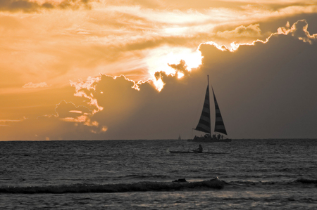Yacht at Sunset on Waikiki Beach Stockfoto