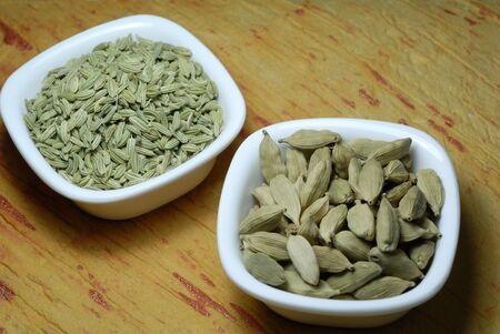 緑のカルダモン、フェンネルの調理で使用される各種