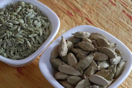 カルダモン、フェンネル種子乾燥薬味として