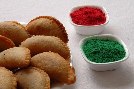 groen rood poeder en snoep gujia voor holi festival in India Stockfoto