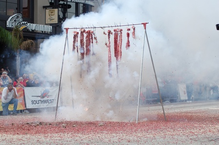 string of red firecrackers bursting at Sixth Annual Chinese Lunar New Year Parade on February 18 2007 in Pasadena California. It is a celebration by the Asian American COmmunity 報道画像
