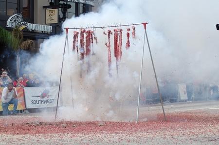 contaminacion acustica: cadena de petardos rojos que estalla en sexto chino Lunar a�o nuevo desfile anual el 18 de febrero de 2007 en Pasadena California. Es una celebraci�n por la comunidad de Asian American