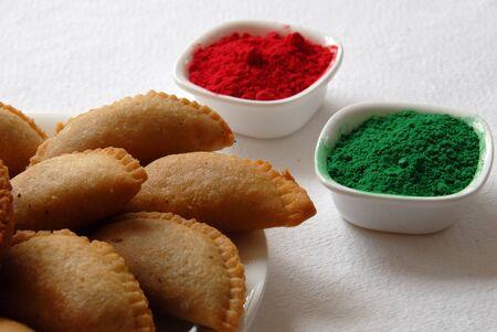 rood groene kleur poeder en snoepjes gujia voor Holi festival in India
