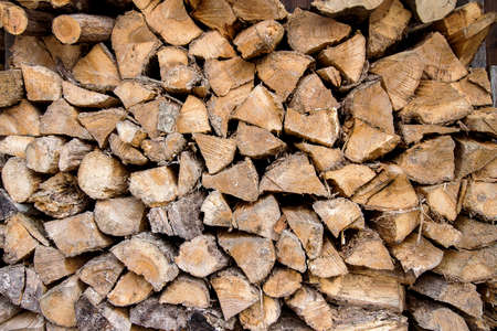 Contexte de bois de chauffage sec hachées dans une pile