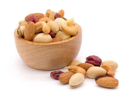 Gemengde noten in een kom op witte houten achtergrond. Stockfoto