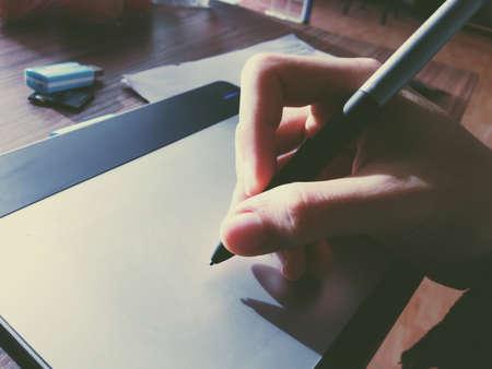 artistas: pen tablet con el dibujo de la luz del sol