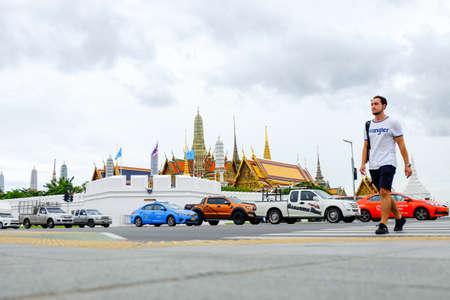 Bangkok, Thailand - August 17, 2018 : Beautiful Grand palace & Wat phra keaw (Wat Phra Sri Rattana Satsadaram) with the man and car (Famous buddhist temple for tourist). 新聞圖片