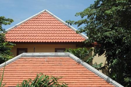 clinker tile: techo de dos aguas marrones Foto de archivo