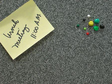 Un panneau d'affichage des messages avec pense-b�te et pousser Pins