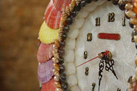 Une horloge � partir de coquilles Capiz
