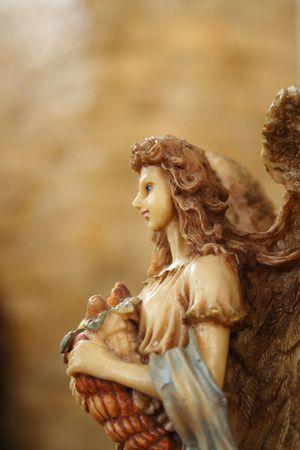 Un ange portant un panier de fruits